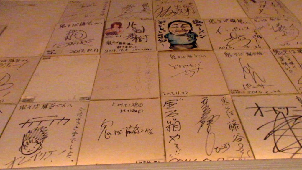 壁に貼られた有名人のサイン